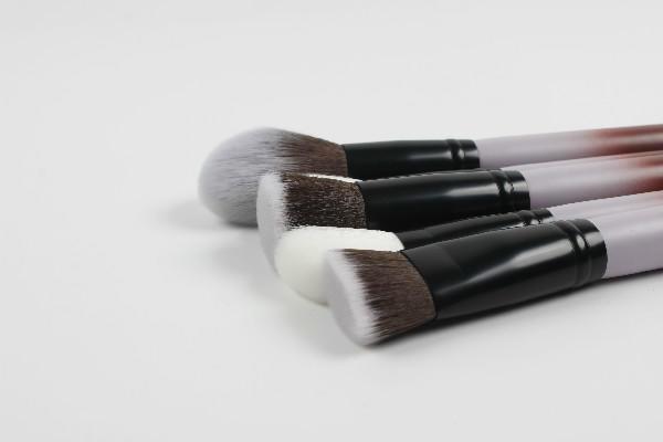 Foundation makeup brush V.S. Bender sponge